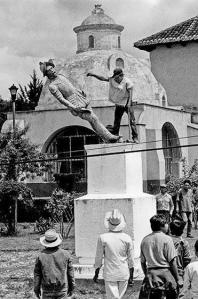 zapatistas derriban estatua del conquistador Diego de Mazariegos